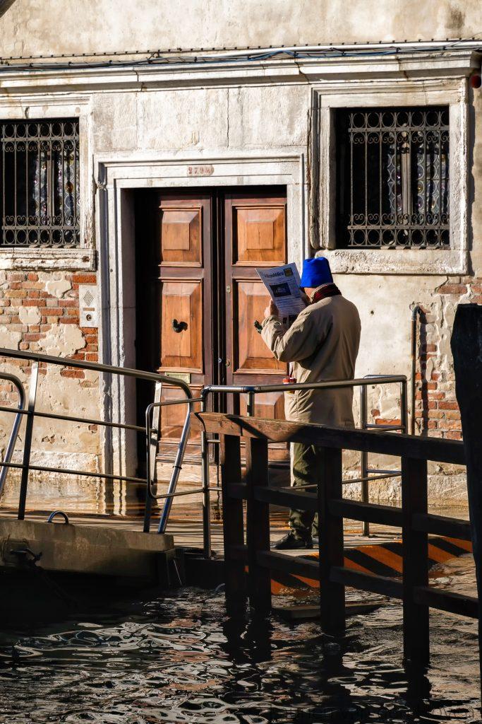 Man leest krant in Venetië