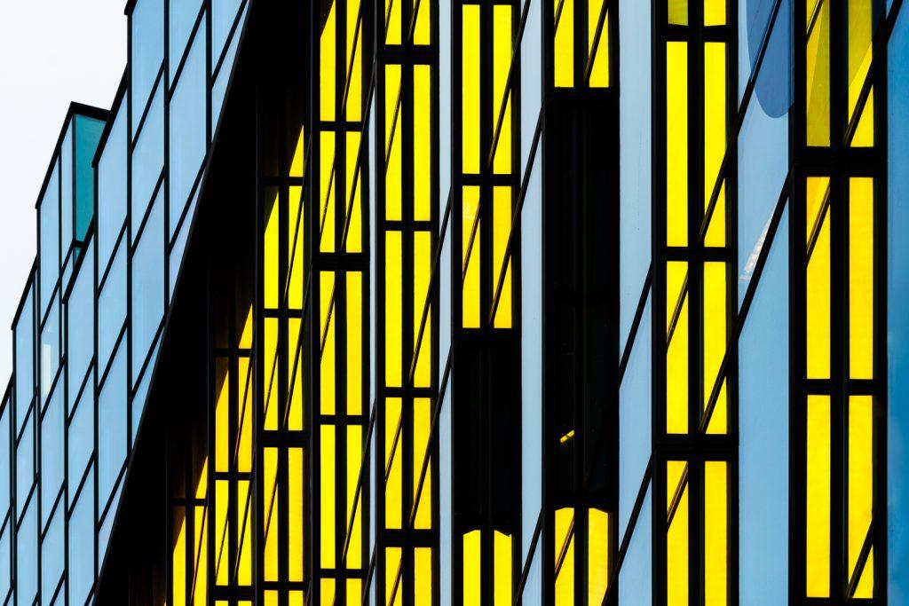 Het OBA-gebouw is een voorbeeld van moderne architectuur in Amsterdam