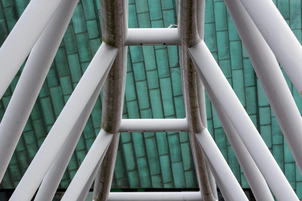 De brug bij het door Renzo Piano ontworpen NEMO-gebouw