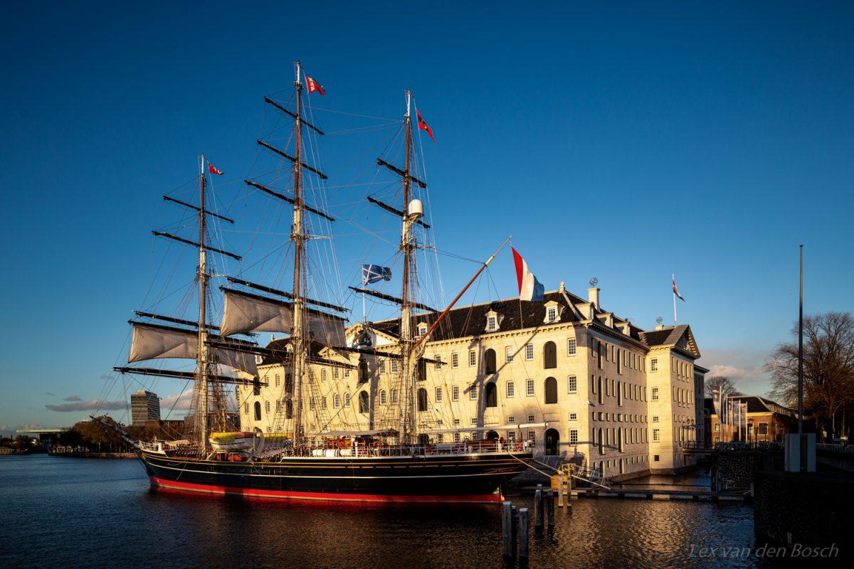 Driemaster stad masterdam voor het scheepvaartmuseum