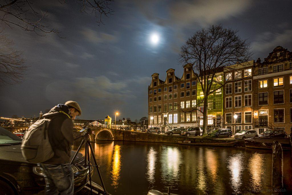 Nachtfotografie met statief aan de Amsterdamse grachten
