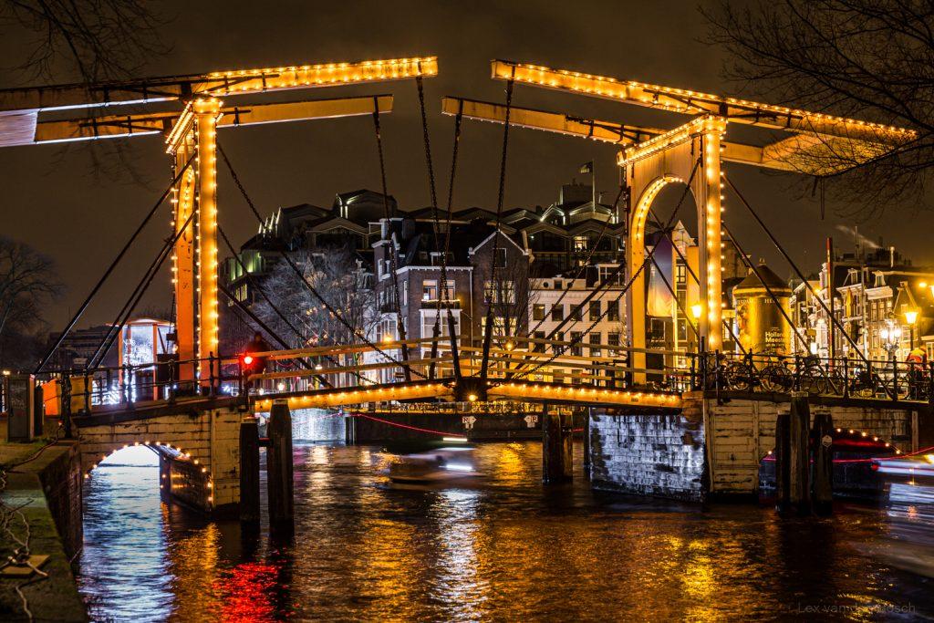 Nachtfotografie van brug in Amsterdam
