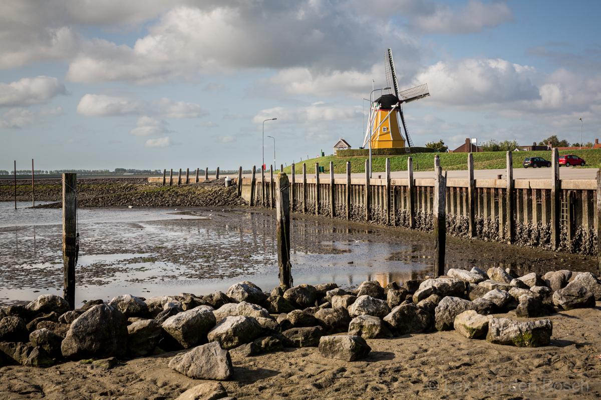 Molen van Sint Philipsland aan de Oosterschelde bij laagwater